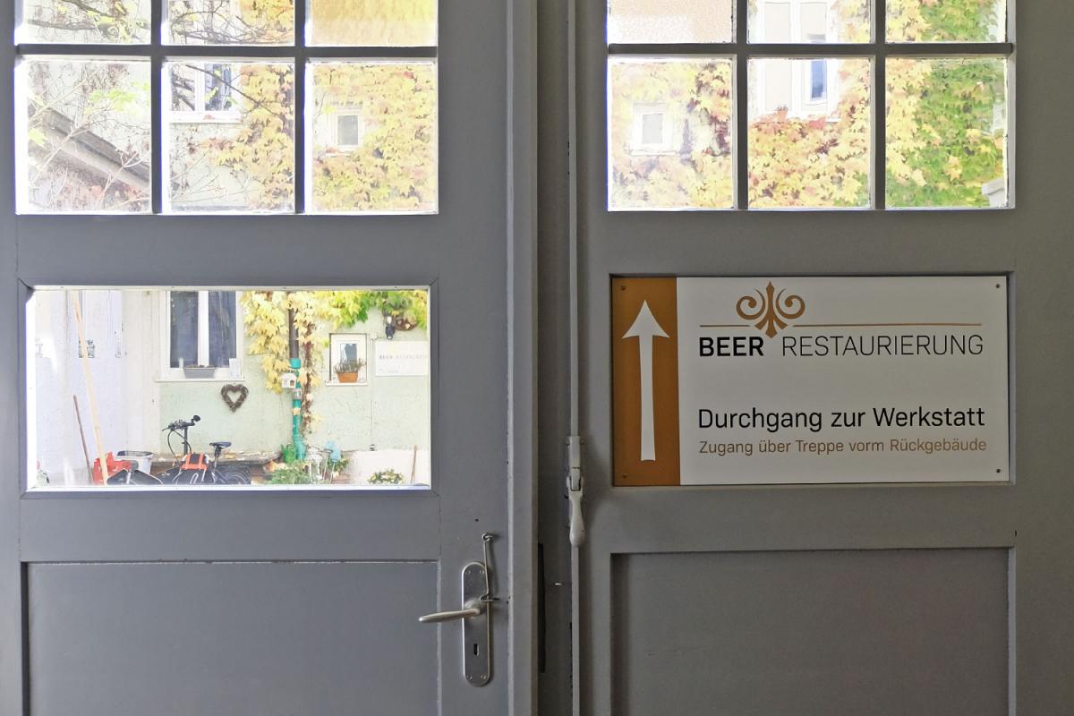 Beer Restaurierung | Beschriftung Durchgang